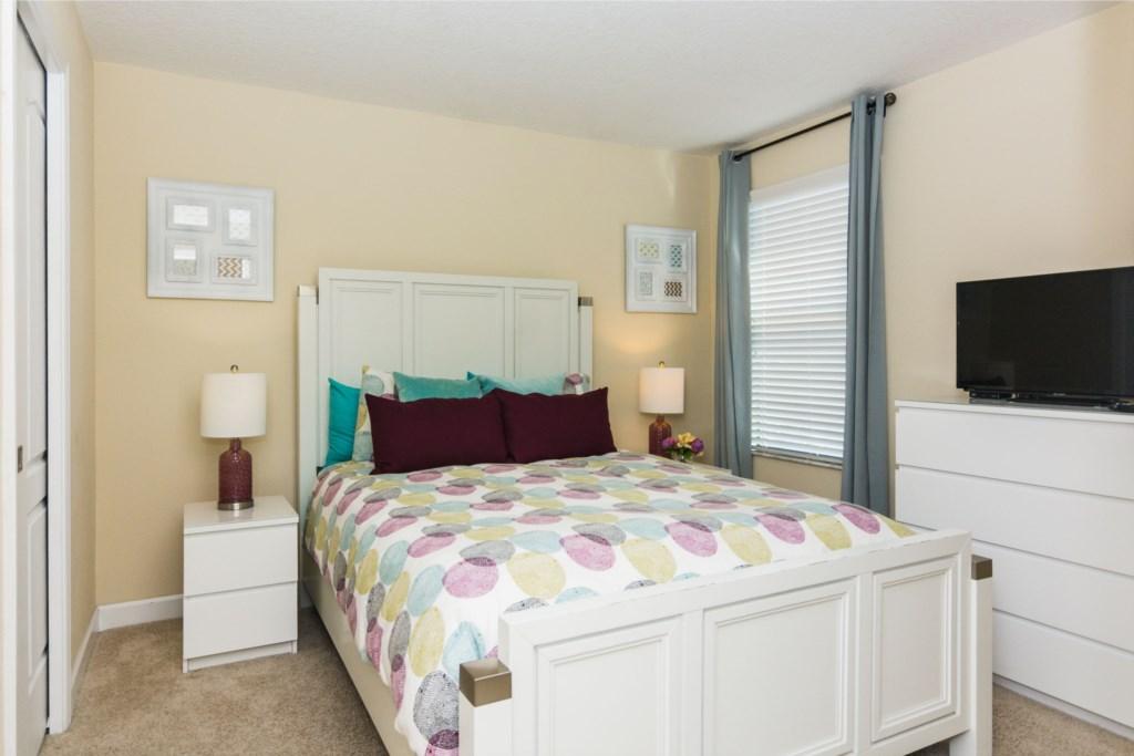 Queen Bedroom 1.jpg