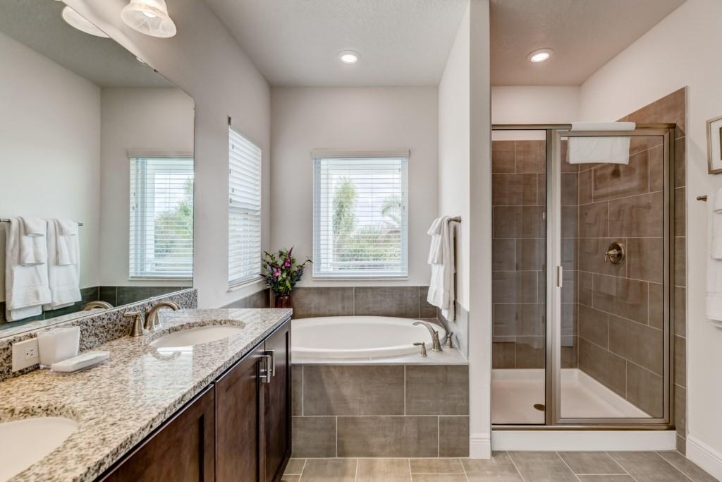 16_En-suite_Bathroom_0721.jpg