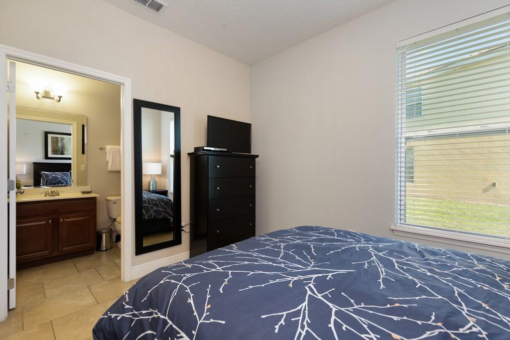 22_Queen_Bedroom_with_En-Suite_Bathroom_0721.jpg