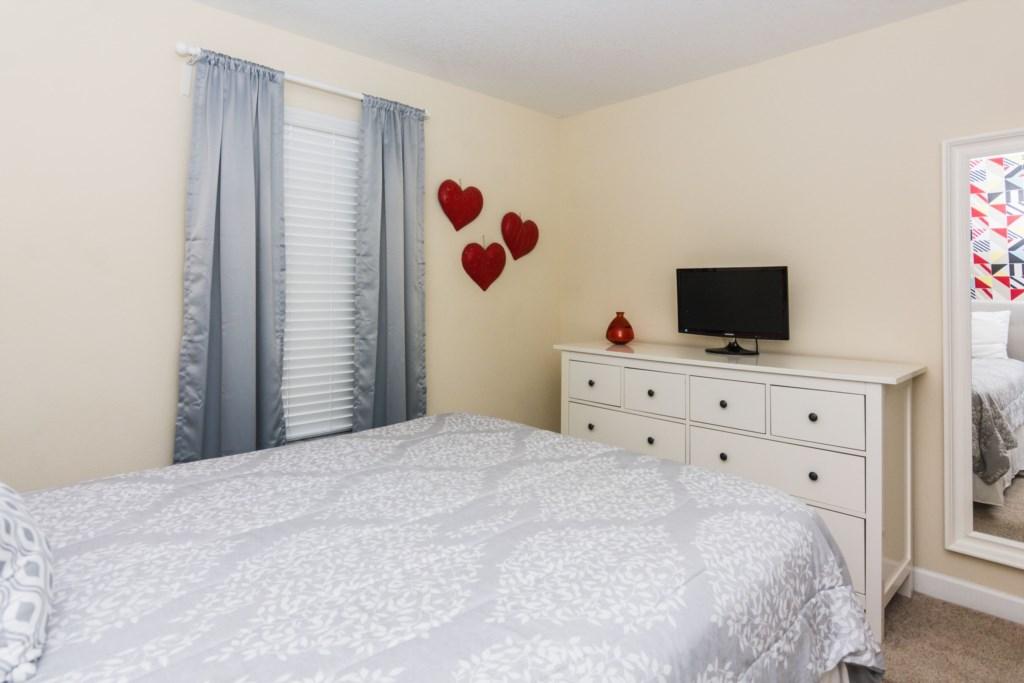 Queen Bedroom 3.jpg