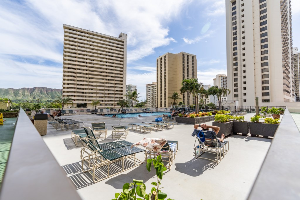 Pool with great area to soak up some Hawaiian sun with your family / friends