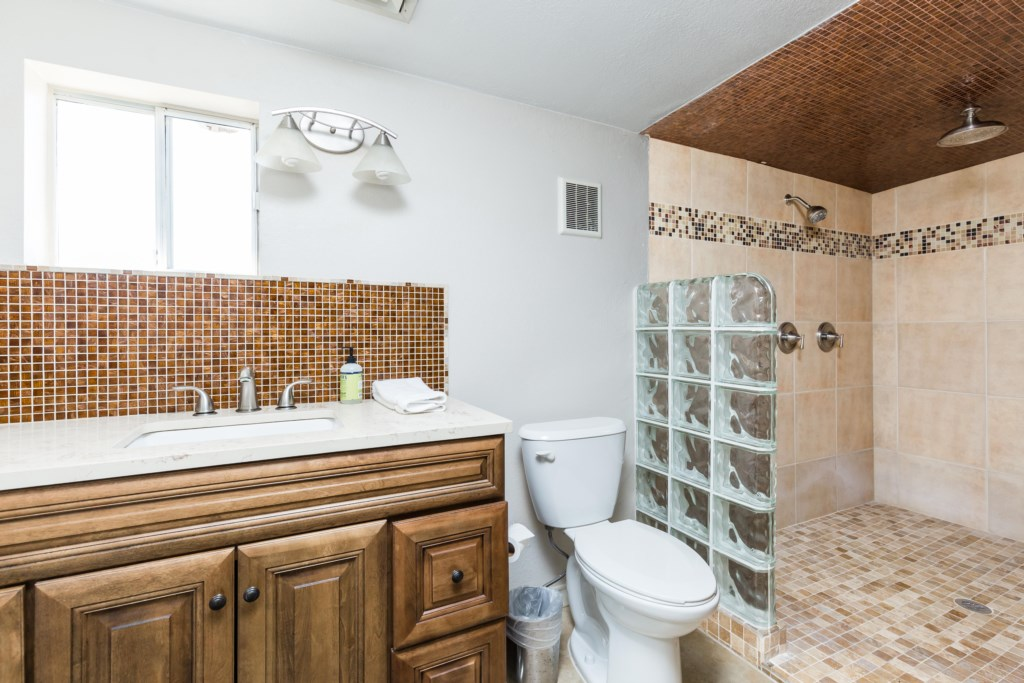 Private bathroom attached to 7th bedroom