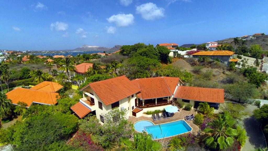 Villa met op de achtergrond Caribische Zee 1920x1080.jpg