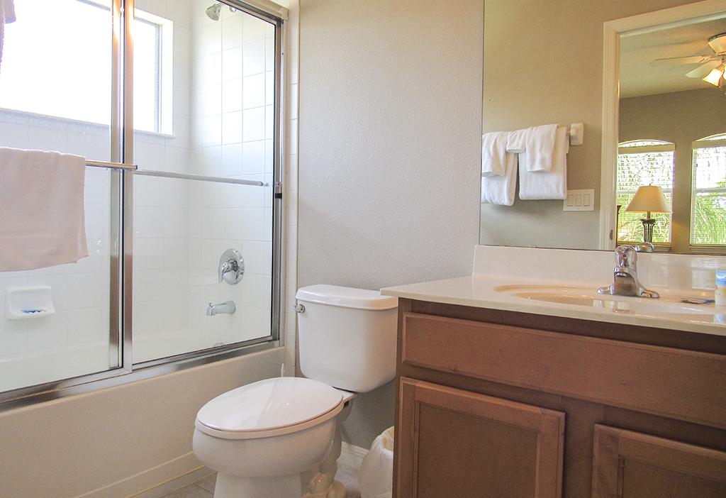 Twin bedroom 2 private en-suite bathroom.
