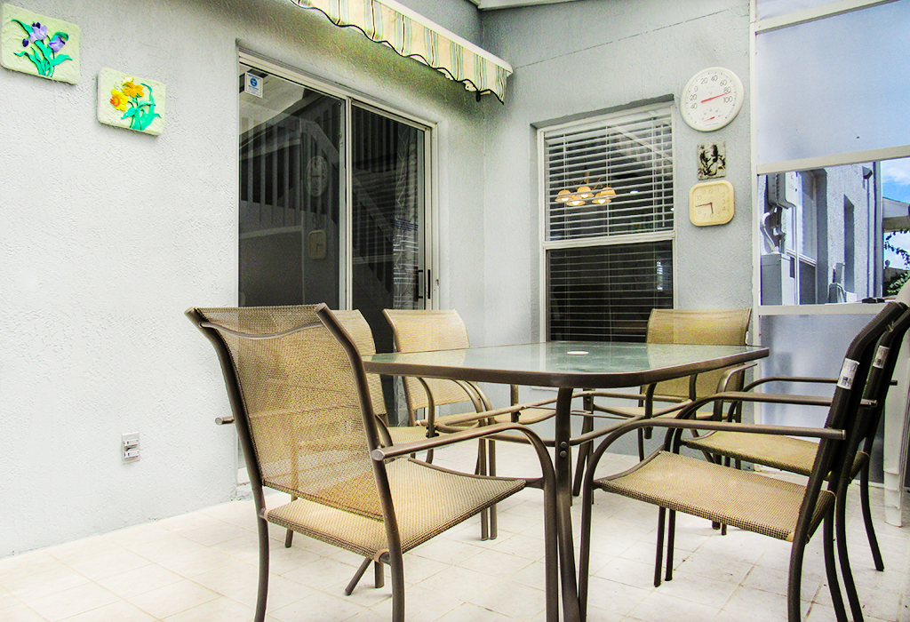 Outdoor dining area to seat 6, with retractable awning.
