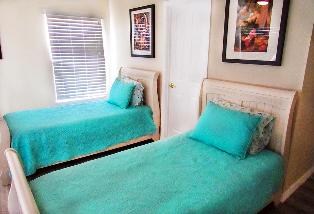 Twin bedroom (upstairs).