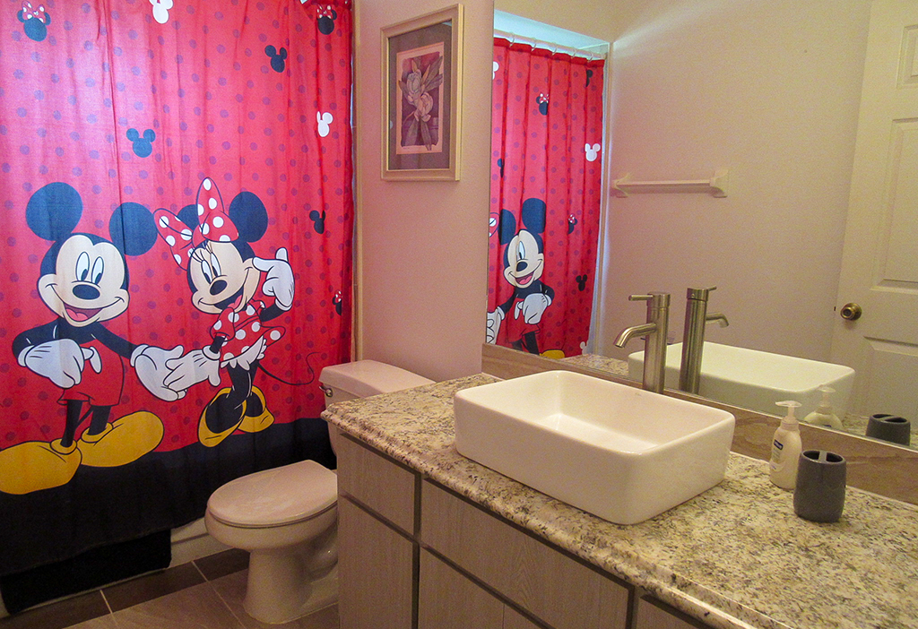 Shared bathroom for the use of Queen and Twin bedrooms.
