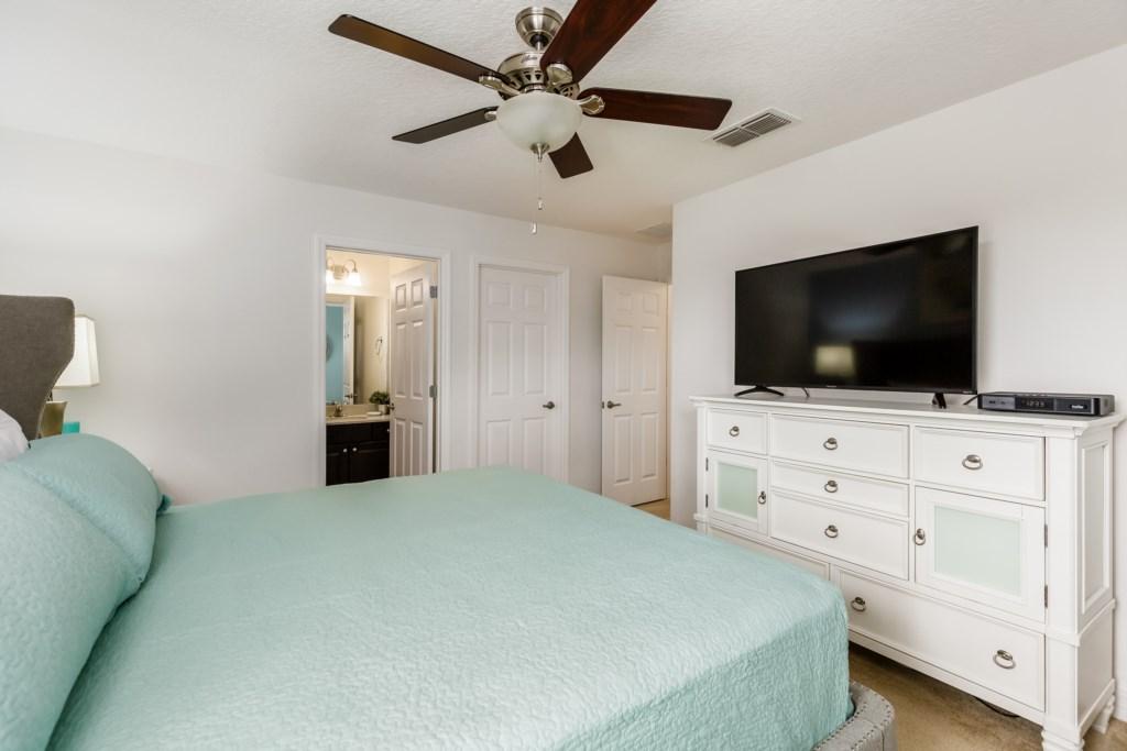 15_King_Bedroom_with_TV_0921.jpg