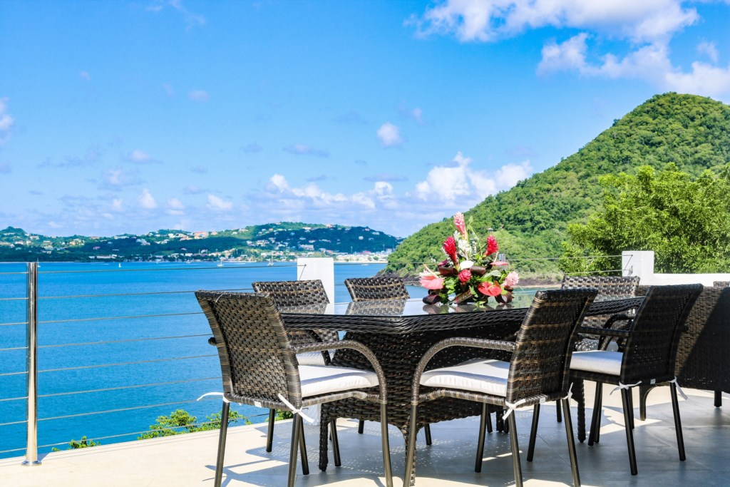 Al fresco dining with uninterrupted views.