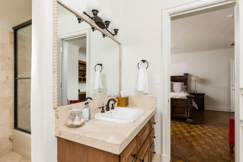 En-suite full bathroom