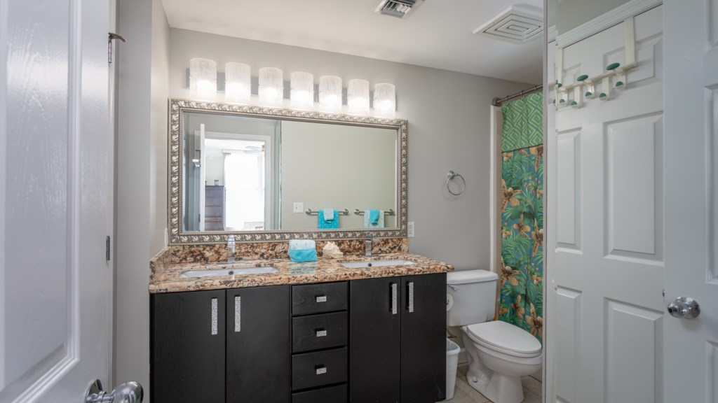 Large ensuite master bathroom