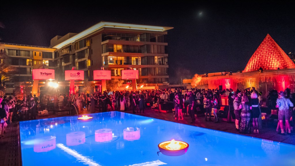 Hundreds of entertainment options - walking distance