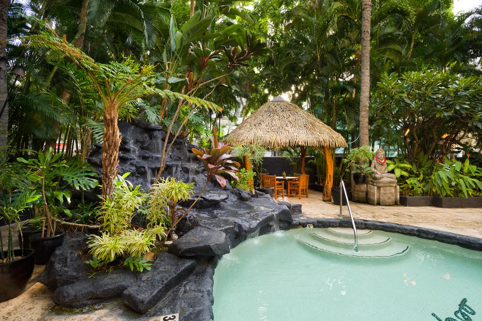 aqua-bamboo-waikiki-amenities-pool-view-960x641.jpg
