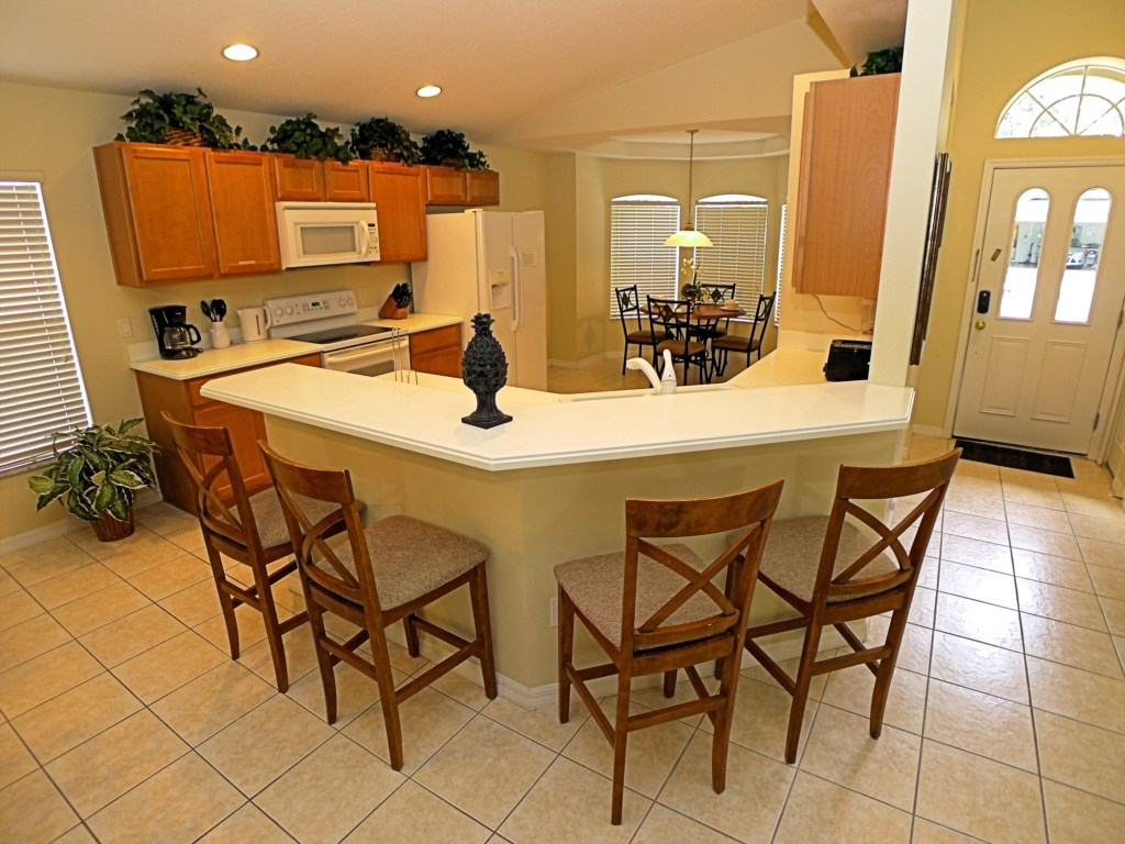 Spacious Kitchen and Breakfast Bar