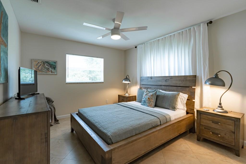 2nd bedroom with queen