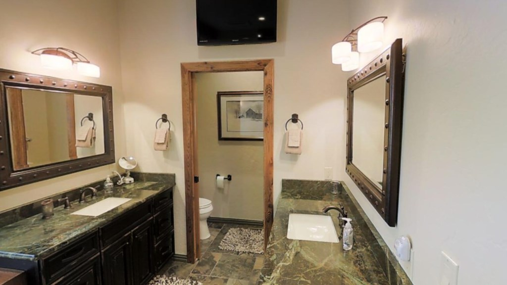 Spacious Bathroom Perfect for Groups
