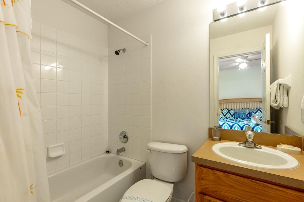 Upstairs queen ensuite batroom