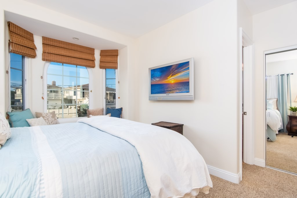 TheBluffSanClemente-secondbedroomviewshowingTVandwindows