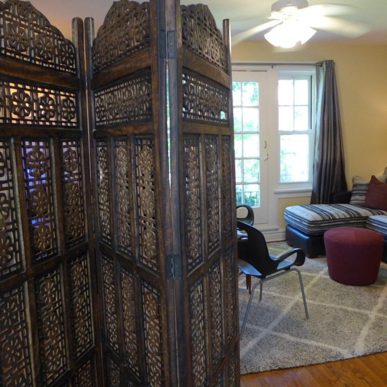 Screen between living room and bedroom of Beckmann for privacy.