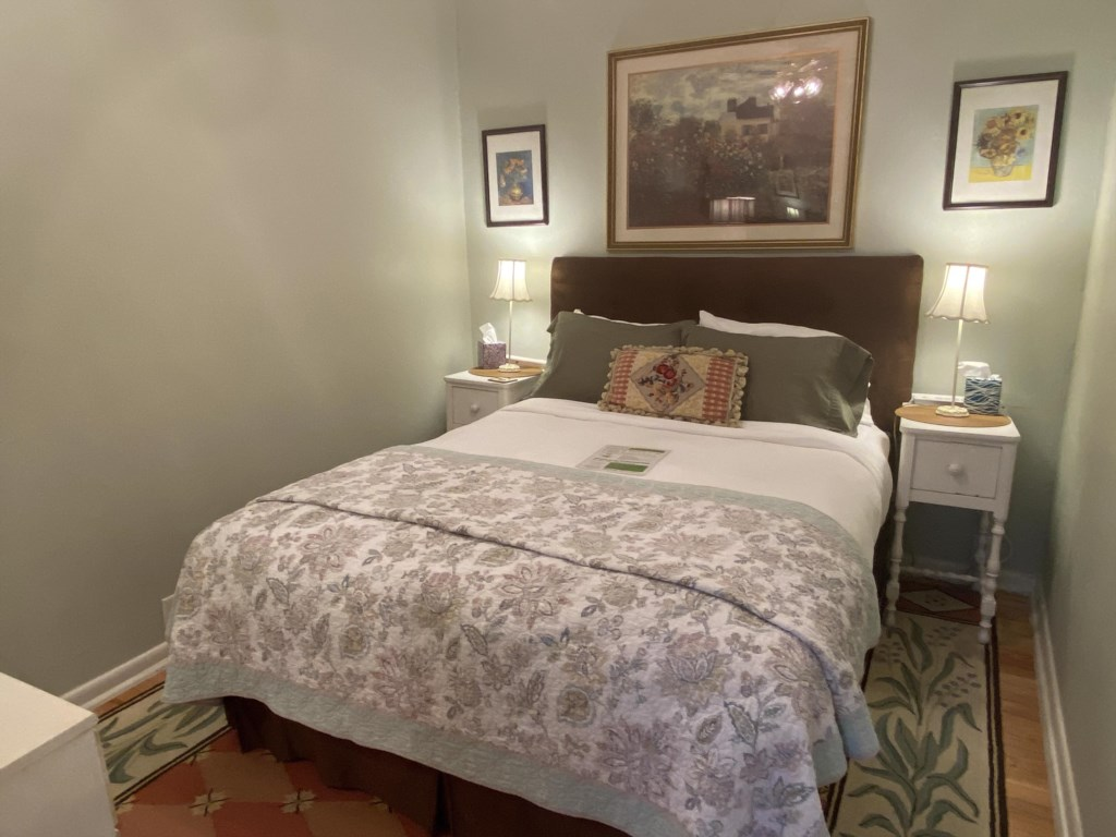 The Jessie Benton Suite is a one-bedroom apartment. Its bedroom features a Queen-sized bed.
