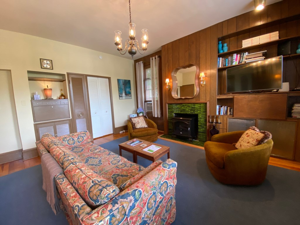 Welcome to the Schreiber Suite, a beautifully furnished mid-century modern apartment in the heart of St. Louis.