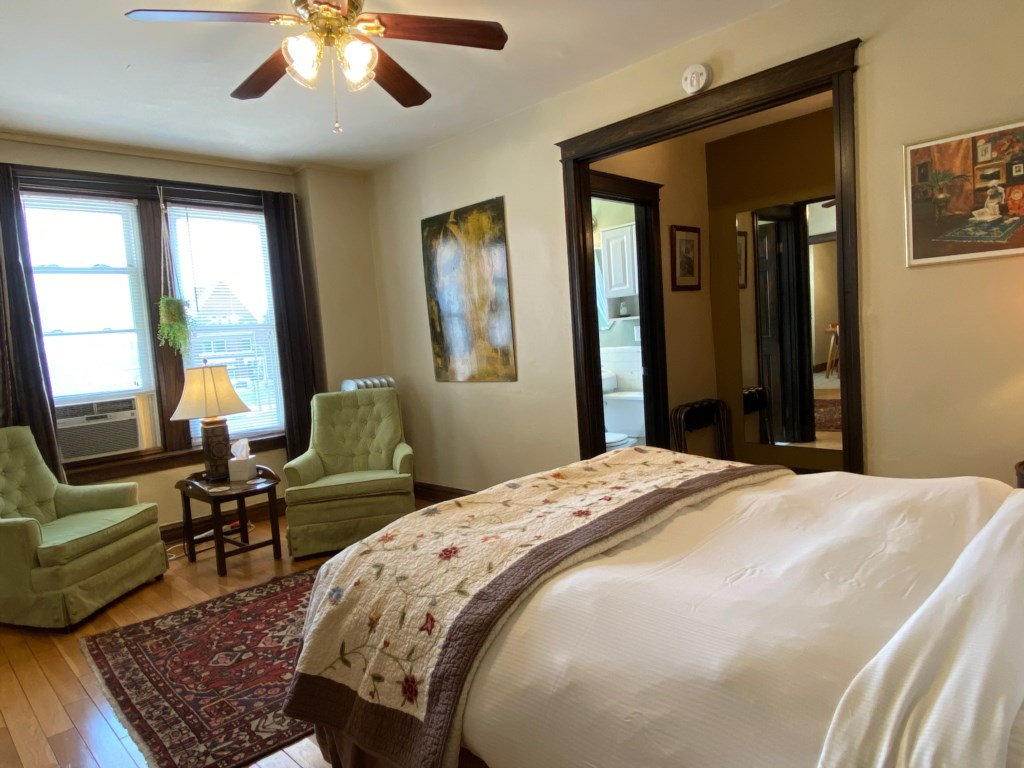 The Targee's main room features a top-quality Queen-sized bed.