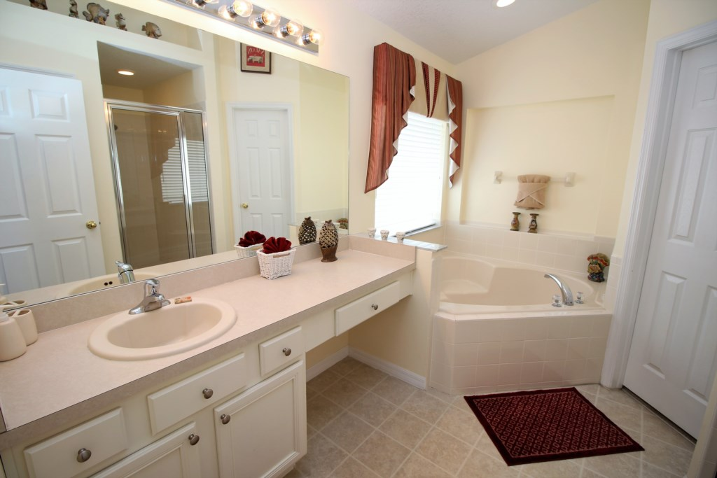 13.1125SeasonsBlvd-mastersuitebathroom