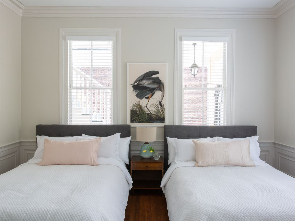2 new queen beds, Audubon print (typical Charleston print)