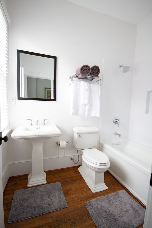 En-suite bath 3 for back queen bedroom.  Tub and shower. Great for families.