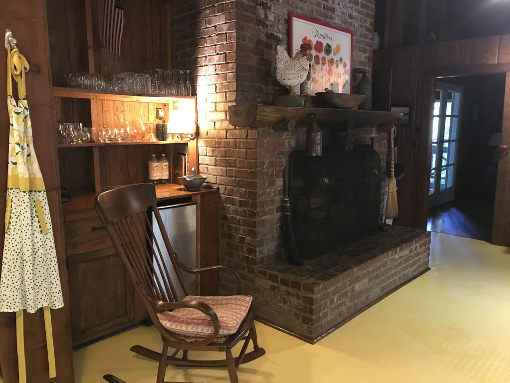 Kitchen with bar, ice maker, working fireplace