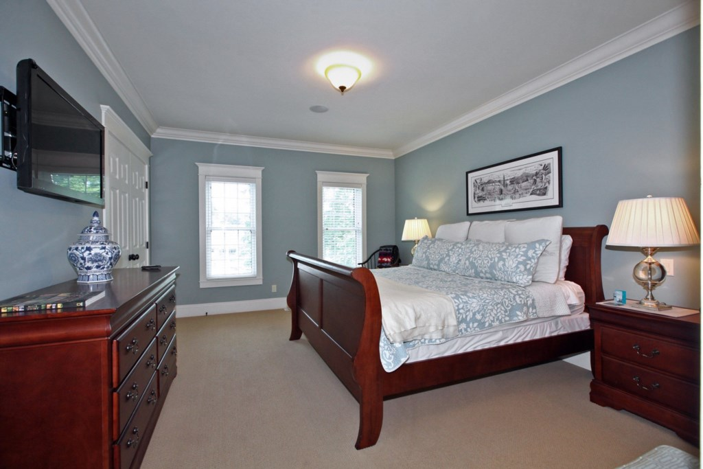 King Size Bed  -TV - Six Nations - Niagara-on-the-Lake