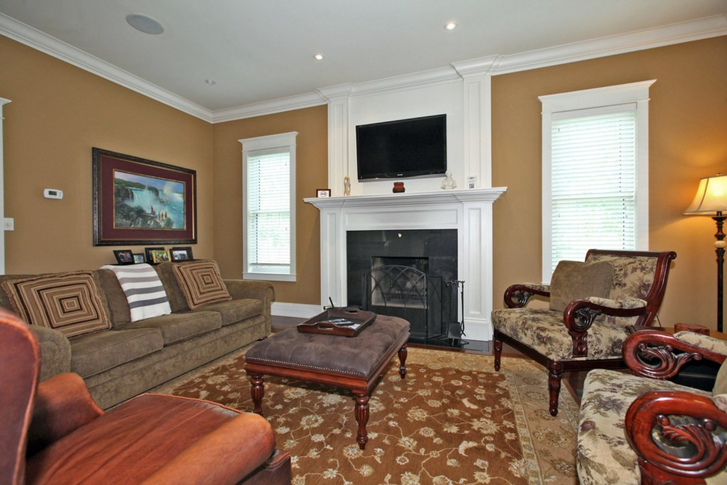 Living room with Gas fireplace and TV - Six Nations - Niagara-on-the-Lake