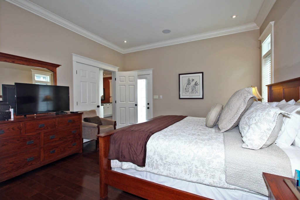 TV in Bedroom - Six Nations - Niagara-on-the-Lake