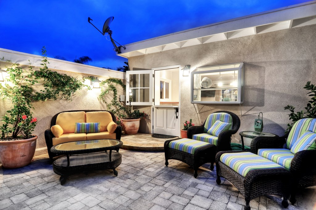 San Clemente vacation home patio seating.jpg