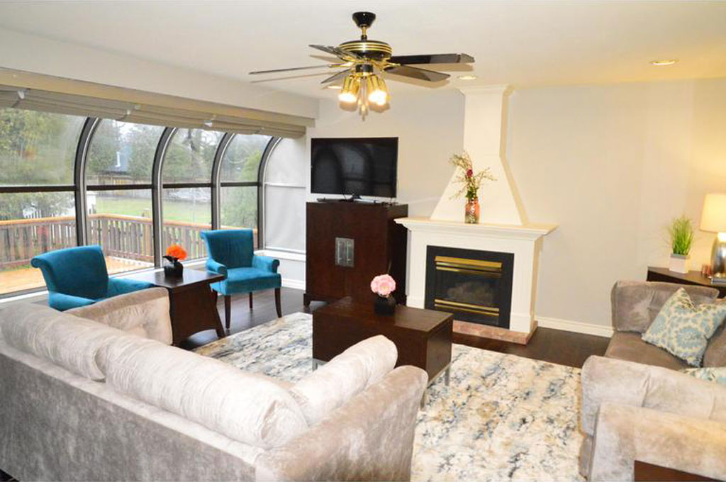 TV and Gas Fireplace in Living Room - Sasson House - Niagara-on-the-Lake