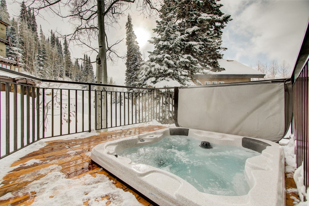 32-OutdoorHotTub