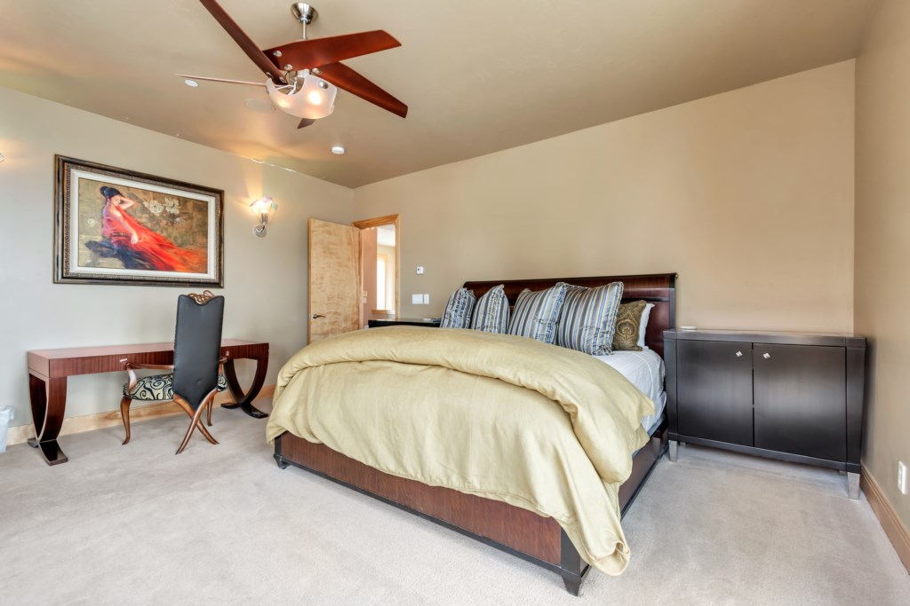 33MasterKingBedroom