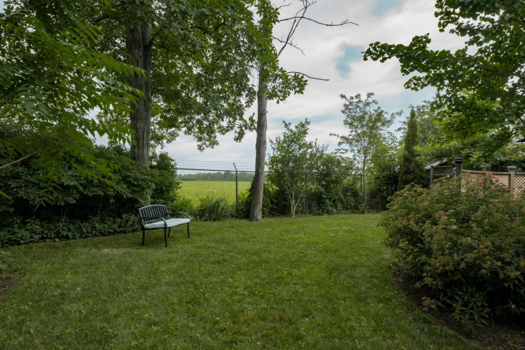 Partially fenced yard backing onto field - Five Point Cottage - Niagara-on-the-Lake