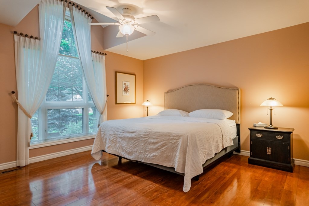 Front mainfloor bedroom with king bed and ensuite - Five Point Cottage - Niagara-on-the-Lake
