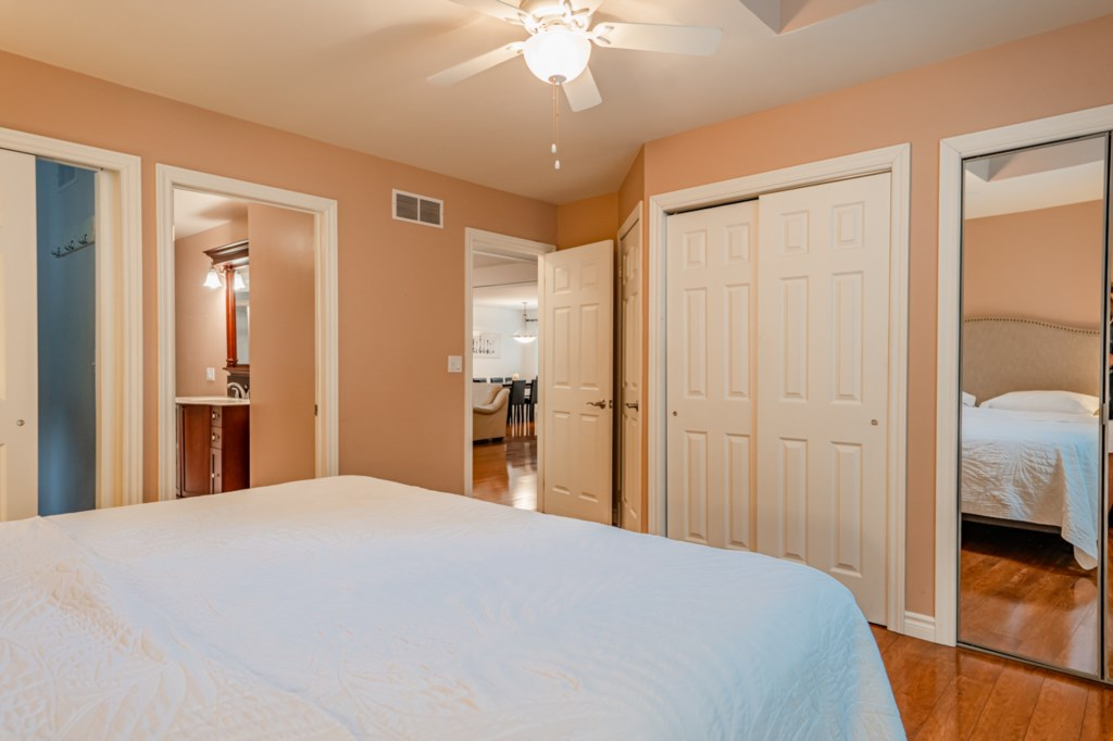 Front bedroom with ensuite - Five Point Cottage - Niagara-on-the-Lake