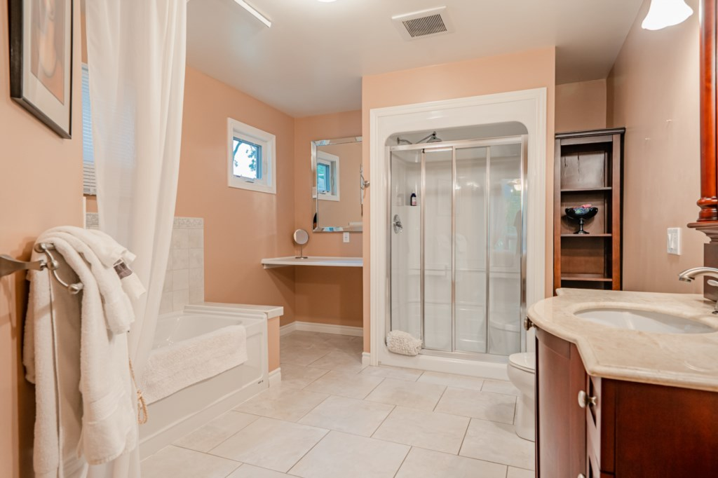Ensuite bathroom with walk-in shower and deep soaker tub - Five Point Cottage - Niagara-on-the-Lake