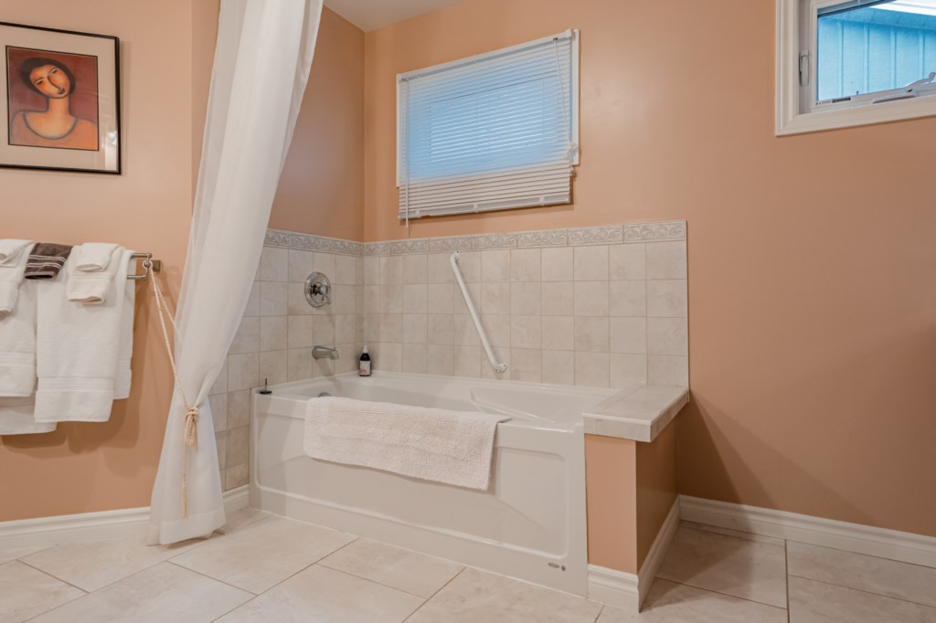 Deep soaker tub in ensuite bathroom - Five Point Cottage - Niagara-on-the-Lake