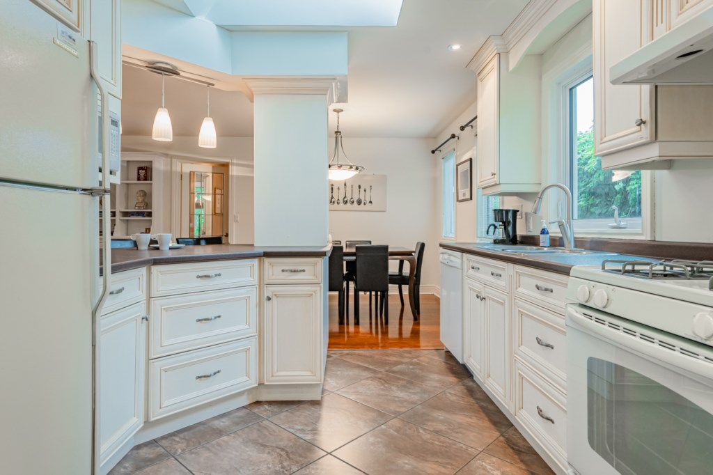 Full kitchen with plates, cups, utensils, cook ware provided - Five Point Cottage - Niagara-on-the-L