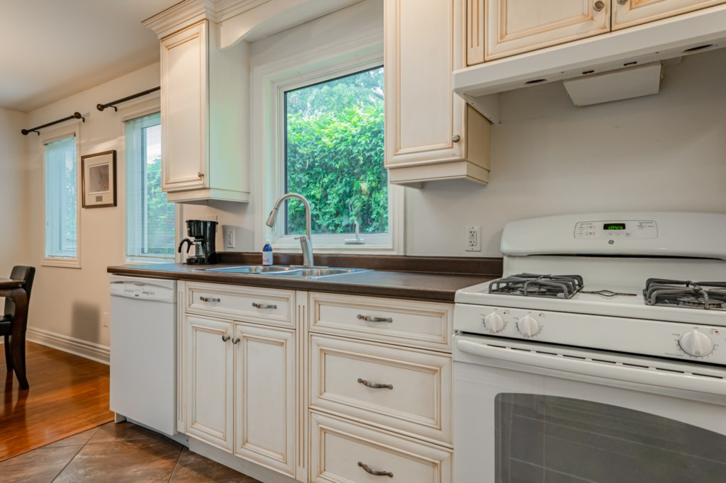 Full kitchen with fridge, stove, dishwasher, microwave, drip coffee maker - Five Point Cottage, NOTL
