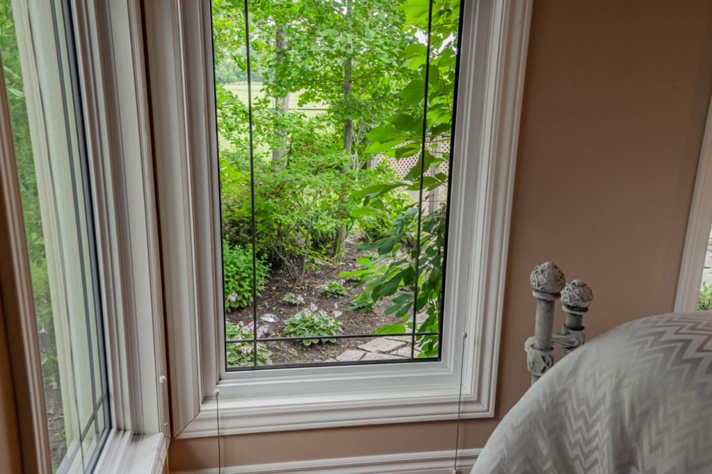 Beautiful backyard garden - Five Point Cottage - Niagara-on-the-Lake