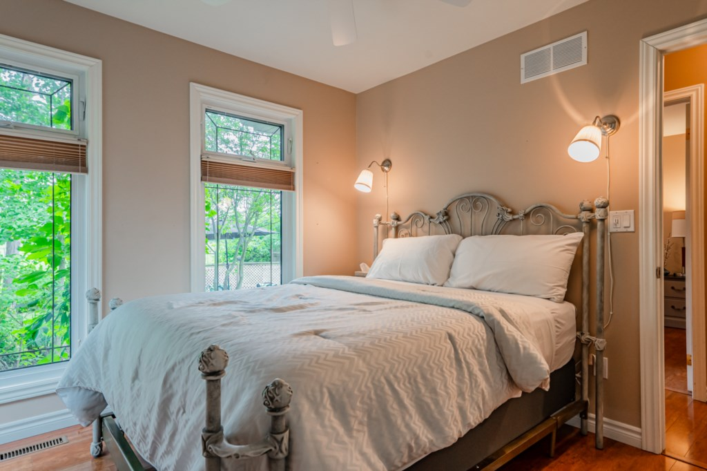2nd bedroom - queen bed - Five Point Cottage - Niagara-on-the-Lake