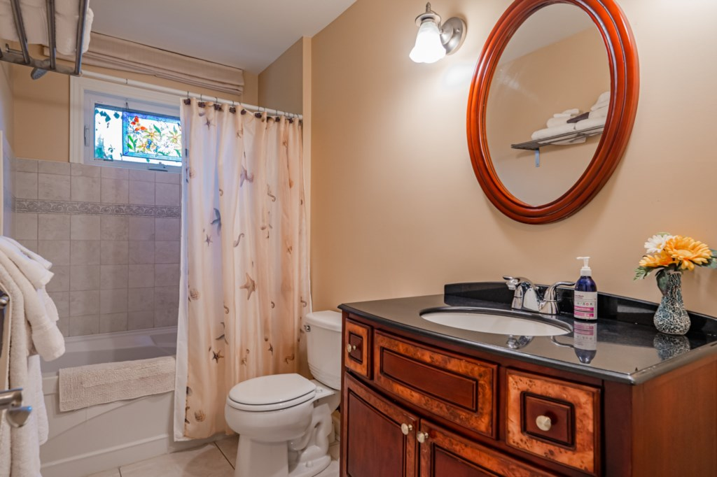 Shared bathroom on mainfloor with tub/shower combo - Five Point Cottage - Niagara-on-the-Lake