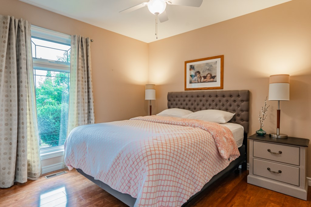 3rd bedroom - queen bed - Five Point Cottage - Niagara-on-the-Lake