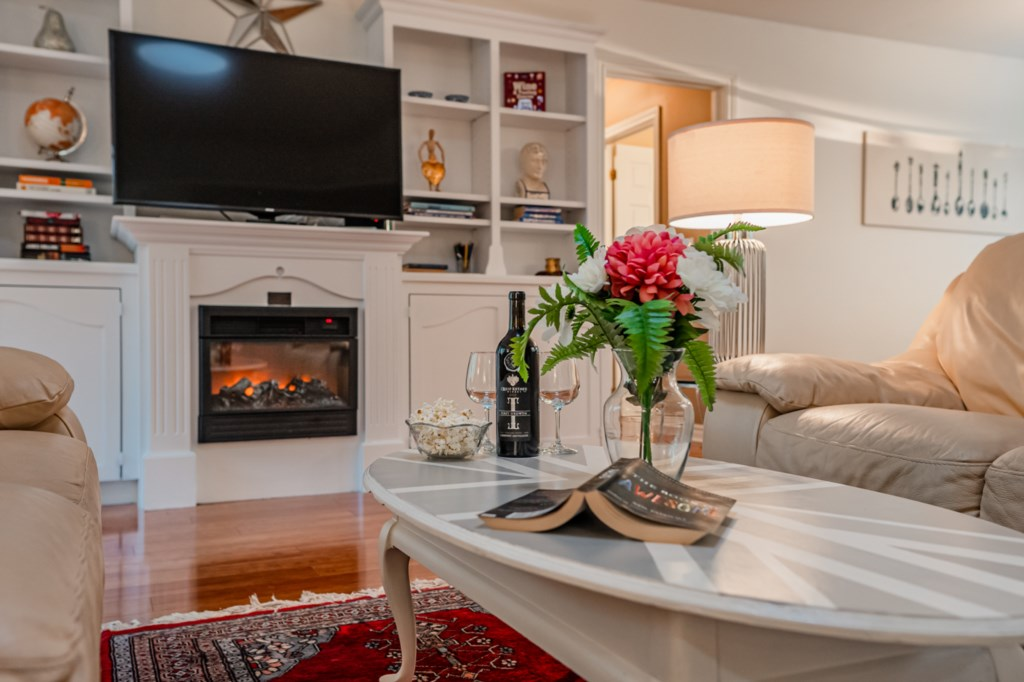 Smart TV with cable - electric fireplace - Five Point Cottage - Niagara-on-the-Lake