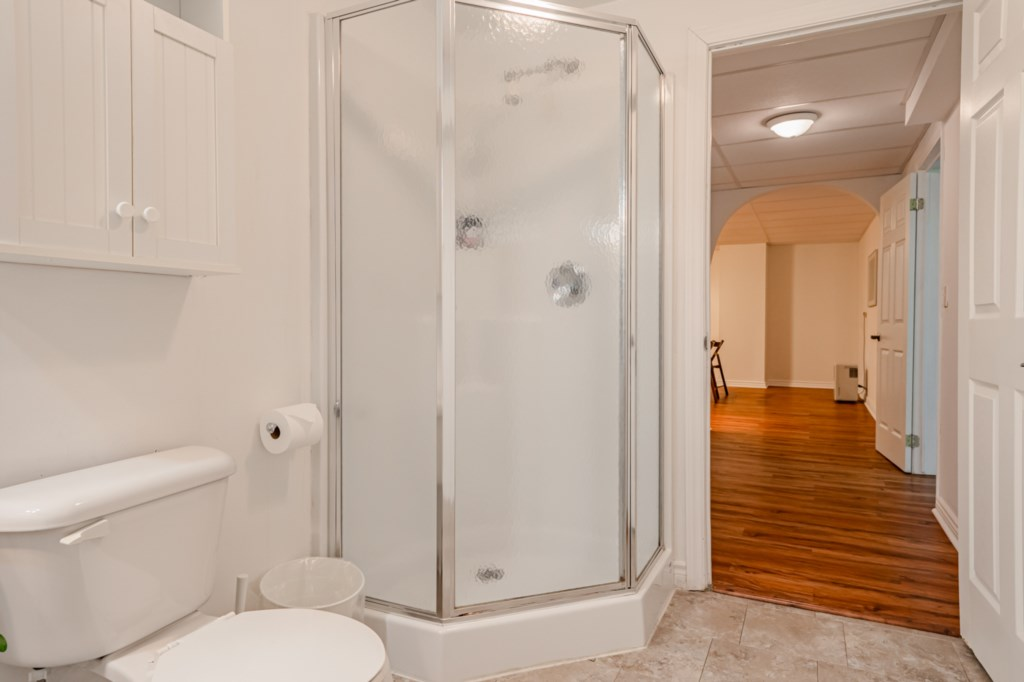 Full bathroom downstairs - Five Point Cottage - Niagara-on-the-Lake